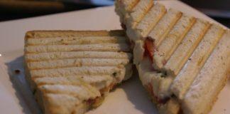 Tosti met Salami, Pesto en Mozzarella