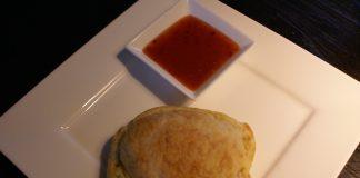 Kipburgerbroodje met kaas en ui uit de Airfryer